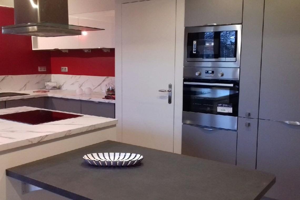 cuisine rouge vue depuis l'entrée